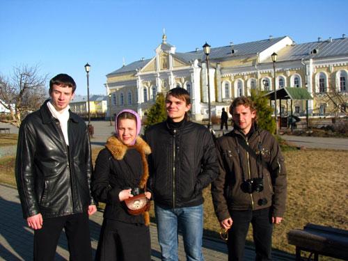 На фоне Александро-Невской церкви с трапезной